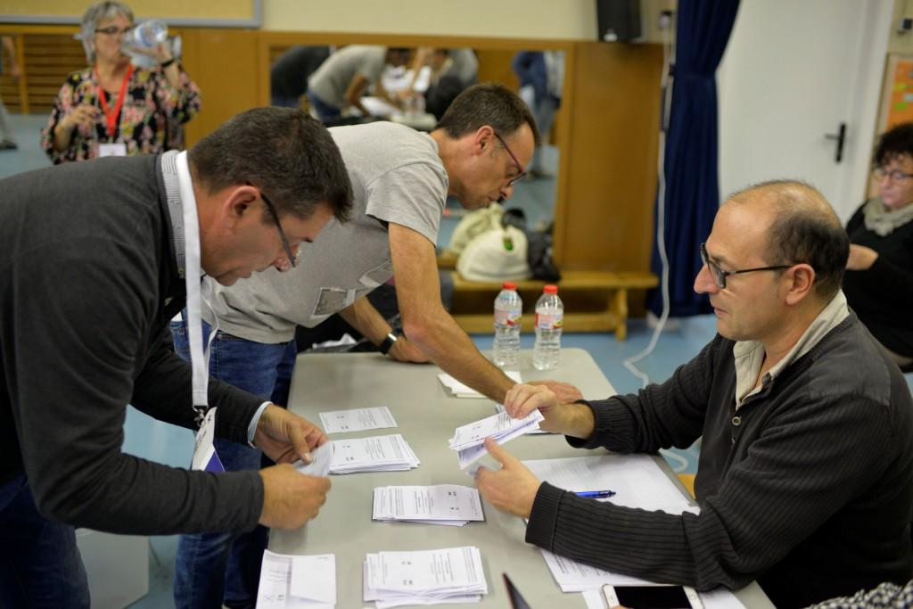 La presse en catalogne les bureaux de vote ferment blessés