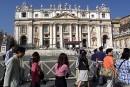 De faux guides arnaquent les touristes près du Vatican