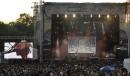 La foule sur le site au soleil couchant face au... | 30 juillet 2011