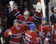 Carey Price et Peter Budaj expriment leur mécontentement aux arbitres à la suite du but de Kris Letang en prolongation. | 26 novembre 2011