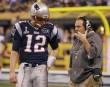 Tom Brady discute avec l'entraîneur-chef Bill Belichick.... | 5 février 2012