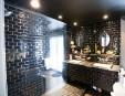 Cette pièce couverte de céramique métro noire jouxte la chambre... | 24 février 2012
