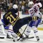 Drew Stafford perd l'équilibre durant sa confrontation avec Aaron Palushaj.... | 21 mars 2012