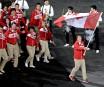 Le porte-drapeau Simon Whitfield mène la délégation canadienne à l'intérieur... | 27 juillet 2012