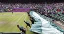 Les préposés à Wimbledon ont dû recouvrir le terrain en... | 31 juillet 2012
