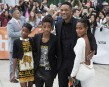 De gauche à droite, Willow Smith en compagnie de son... | 10 septembre 2012