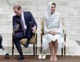 William et Kate -voilée pour l'occasion- retirent leurs chaussures avant... | 19 septembre 2012