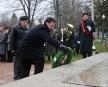 Le maire de Shawinigan, Michel Angers, déposant une couronne au... | 13 novembre 2012