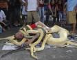 Un artiste de la rue et ses pythons en spectacle... | 28 décembre 2012