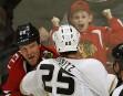 Combat entre Brad Staubitz des Ducks d'Anaheim et Bryan Bickell... | 15 février 2013