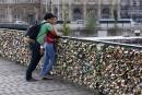 Le pont des Arts ploie sous le poids des «cadenas d'amour»