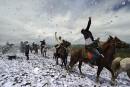 Dans la province du Sichuan, des cavaliers tibétains lancent des... | 20 juin 2014