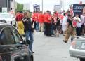 Les employés municipaux manifestent devant le bureau de Luc Fortin