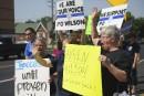 Des manifestants soutiennent le policier de Ferguson