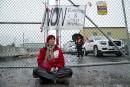 Trois activistes bloquent l'accès à la raffinerie de Suncor