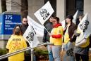 Des employés du Manoir manifestent devant le palais de justice