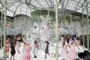 Le nombril se dévoile au printemps chez Chanel: «c'est le nouveau décolleté», pour Karl Lagerfeld, dont le défilé haute couture à Paris, l'un des événements phares du calendrier de la mode, s'est déroulé mardi dans un décor tropical imitant un livre pop-up.
