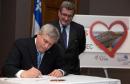 Harper signe la carte de St-Valentin pour le pont de Québec