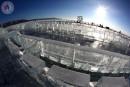 Sur de la glace noire avec une rondelle blanche