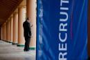 É.-U.: le taux de chômage recule plus que prévu