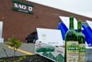 Bouteilles de la SAQ: une pétition de 15 000 déposée à Québec