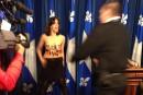 Une femme exhibe ses seins lors d'un point de presse d'Hélène David
