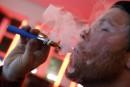 Québec s'attaque au vapotage et au tabac sur les terrasses