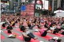 Des milliers de fans de yoga à Times Square