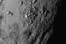Pluton: des montagnes mais pas de cratères
