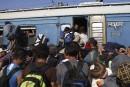 Des centaines de migrants prennent d'assaut une gare de Macédoine