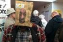 Des Québécois votent le visage voilé