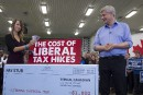 Harper attaque Trudeau à coup de billets de banque