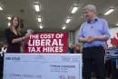 Harper sort les billets de banque, Trudeau se montre confiant