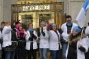 Des infirmières enchaînées lancent un message à Couillard