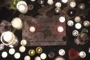 Chandelles et messages en hommage aux victimes devant le restaurant... | 14 novembre 2015