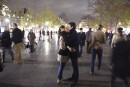 Un couple s'embrasse lors d'une vigile en hommage aux victimes... | 14 novembre 2015