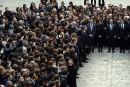 Longue minute de silence à Paris