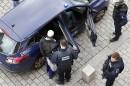 Un suspect est emmené par les policiers à l'issue du...   18 novembre 2015
