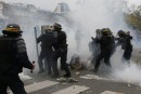Heurts à Paris entre la police et des manifestants défiant l'état d'urgence