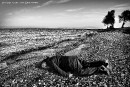 L'artiste Ai Weiwei pose en Alan Kurdi sur une plage