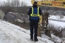 Les policiers rangent leurs pantalons de camouflage
