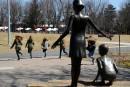 Vandalisme: la fillette de bronze revient parc Woodyatt