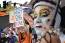 Foule à la Fierté gaie de Los Angeles après la tuerie d'Orlando