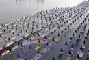 Des millions d'adeptes du yoga pratiquent à l'unisson