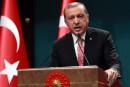 Turquie: Erdogan annonce l'état d'urgence et intensifie la purge