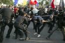 La police disperse des manifestants sur le parcours de la flamme