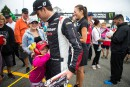Louis-Philippe Dumoulin en séance d'autographes avant la course. Les spectateurs... | 14 août 2016