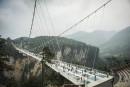Le pont en verre le plus long au monde pris d'assaut