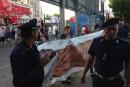 La banderole de <em>Prank</em> au poste de police!