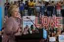 De retour en campagne, Clinton veut stopper l'ascension de Trump